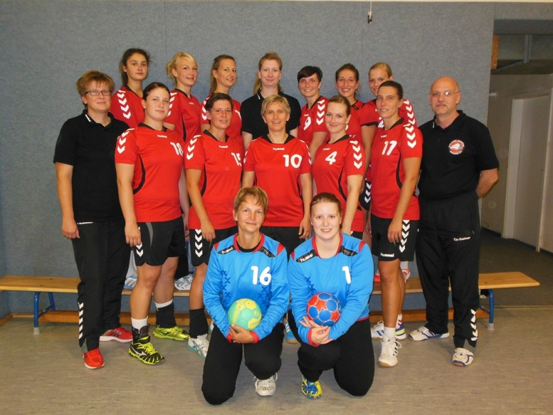 Hinten vl: Tanja Kruglikow, Monique Hafenmayer, Karolin Sense, Co-Trainerin Stephanie Liebe, Isi Burian, Claudia Schnitzer, Katharina Corzilius Mitte vl: Trainerin Serena Klucke, Jeniffer Klucke, Aileen Polte, Kerstin Pohlmann, Hanna Weidt, Madlen Schäfer, Co-Trainer Andreas Schulze Vorn vl: Annett Mai, Anne Milling es fehlen: Ulrike Hamann, Yvo Teuber, Marla Walter, Janine Hildebrandt, Judith Lehmann, Tine Reuter, Nathalie Neumann